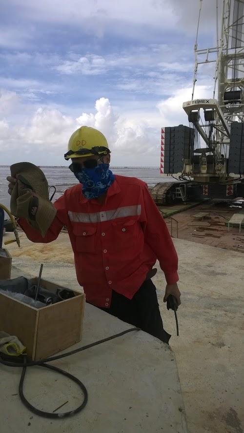 Chỉ huy lắp đặt điện gió bạc liêu chuẩn bị dụng cụ tay cầm bộ đàm nhìn rất oách d lab